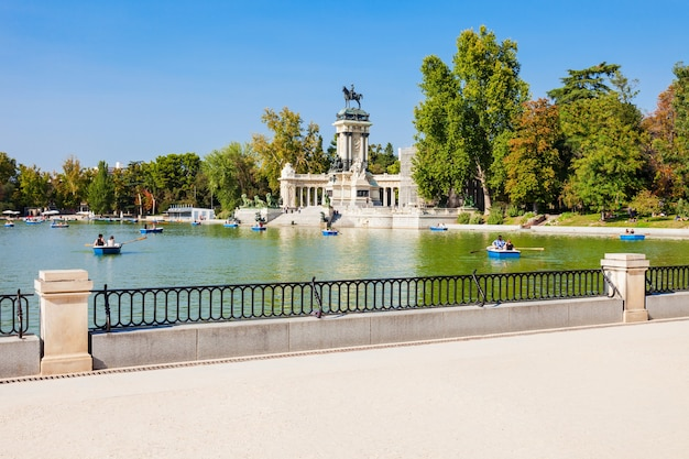 Monument voor alfonso xii in het buen retiro park, een van de grootste parken van de stad madrid, spanje. madrid is de hoofdstad van spanje.