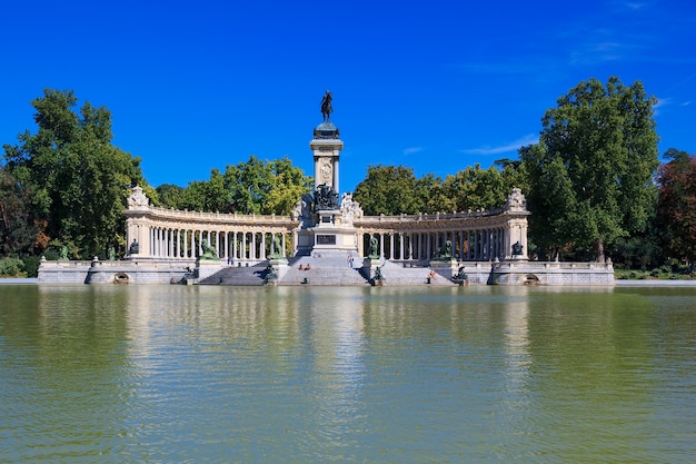 Monument voor alfonso xii in het parque del buen retiro park van de pleasant retreat in madrid, spanje