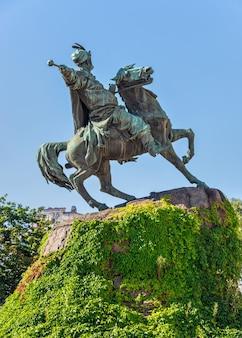 Monument voor bohdan khmelnytsky op het st. sophia-plein in kiev, oekraïne, op een zonnige zomerochtend