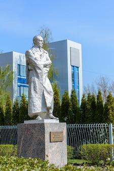 Monument voor de held van de sovjet-unie luitenant-generaal dmitry mikhailovich karbyshev