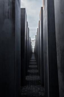 Monument voor de holocaust van joden in berlijn. kolommen van verschillende hoogtes.