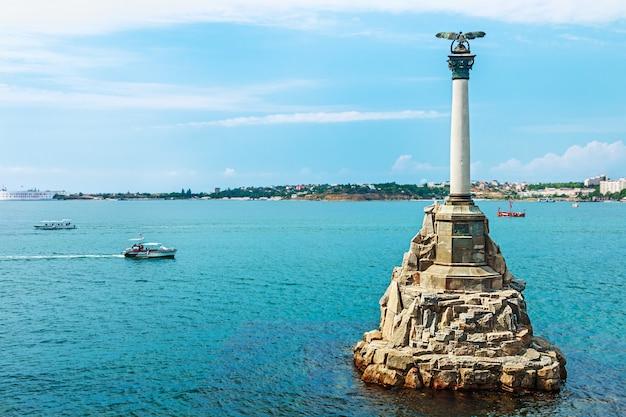 Monument voor gesloopte russische schepen om de toegang tot de baai van sevastopol te belemmeren