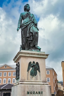 Monument voor mozart in het historische centrum van salzburg, oostenrijk
