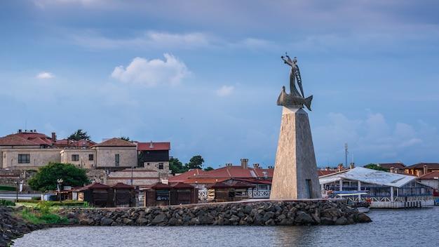 Monument voor sinterklaas in nessebar, bulgarije