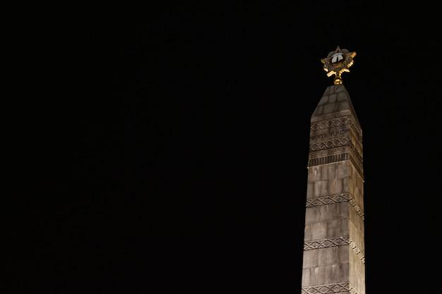 Monument voor sovjet-soldaten voor de overwinning in de tweede wereldoorlog 's nachts