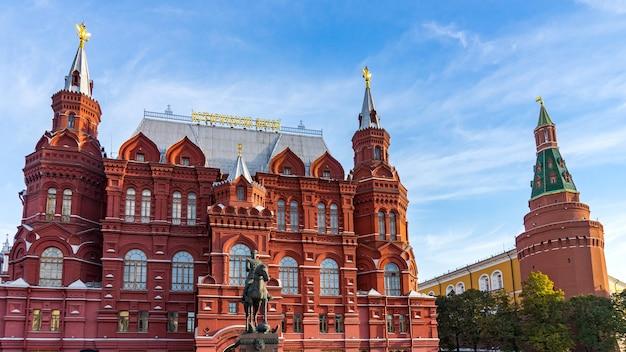Monument voor zhukov, nationaal historisch museum en de muur van het kremlin op het rode plein in moskou, rusland.