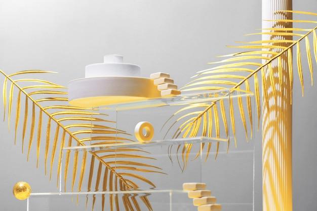 Monumentale compositie met catwalks, trappen, palmbladeren en geometrische vormen in blauwe en gouden kleuren, beauty concept, mock up.