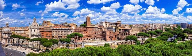 Monumenten van rome. panoramisch uitzicht op piazza venezia en trajanus markt. italië reizen en bezienswaardigheden