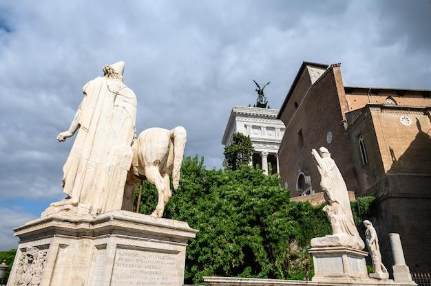 Monumento een vittorio emanuele ii in piazza venizia, rome, italië. zoals een bruidstaart, een victoriaanse typemachine. rome, italië