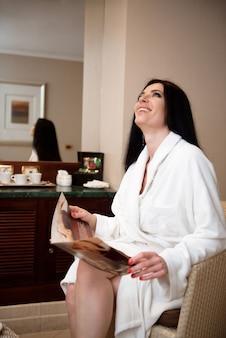 Mooi aantrekkelijk meisje in kuuroord. spa-dag in schoonheidssalon.