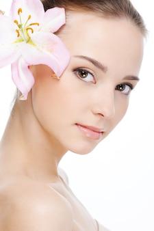 Mooi aardig vrouwelijk gezicht met gezondheidshuid - witte ruimte