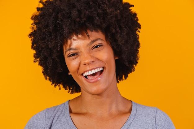 Mooi afrikaans amerikaans meisje met een afro kapsel glimlachen.
