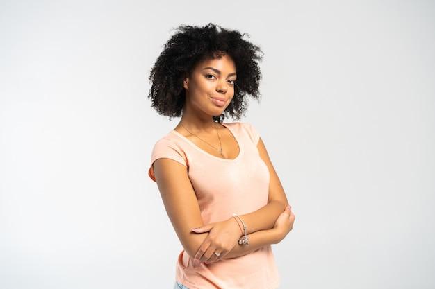 Mooi afrikaans amerikaans meisje met een afrokapsel het glimlachen.