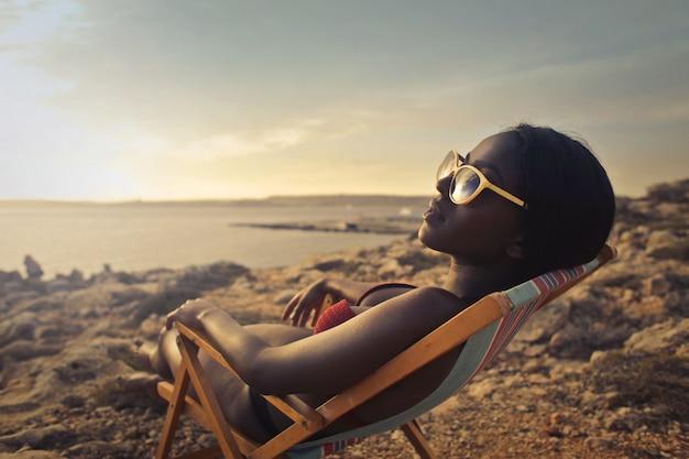 Mooi afro-meisje dat van de zonneschijn geniet