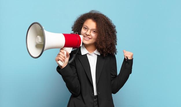 Mooi afro-tiener bedrijfsmeisje met een megafoon