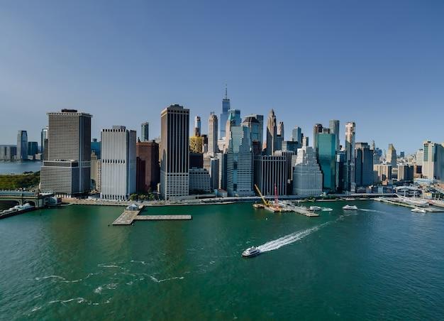 Mooi amerika van luchtfoto op new york city manhattan skyline panorama met wolkenkrabbers over hudson river vs.