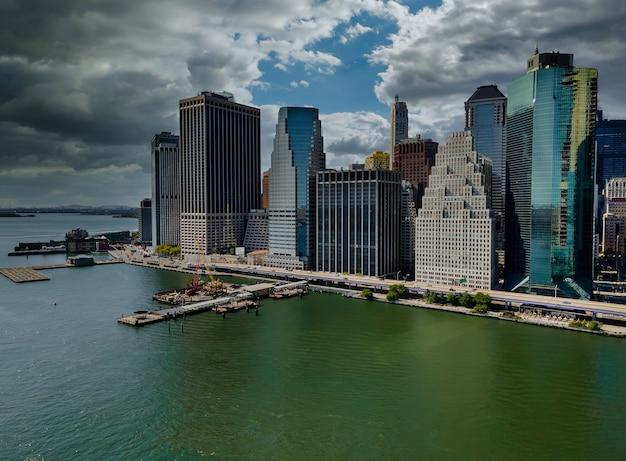 Mooi amerika van luchtfoto op new york city manhattan skyline panorama met wolkenkrabbers over hudson river