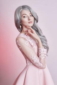 Mooi anime poppenmeisje in roze kleding