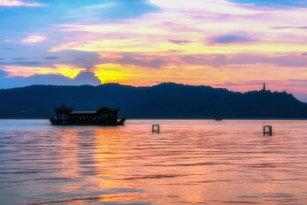 Mooi architecturaal landschap en landschap van west lake in hangzhou