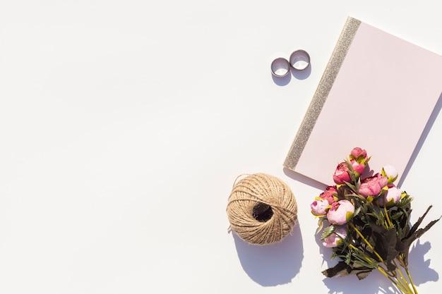 Mooi arrangement met trouwringen