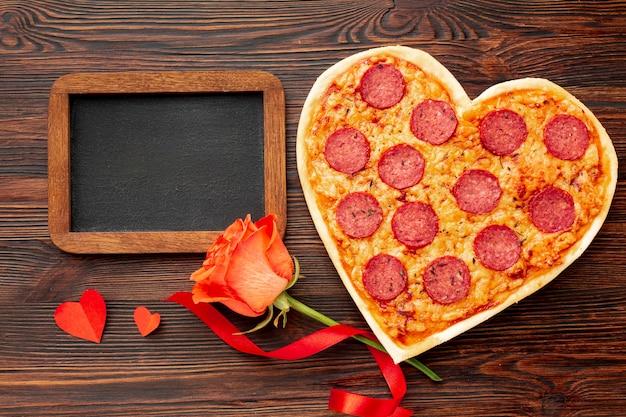 Mooi arrangement voor valentijnsdag diner met schoolbord