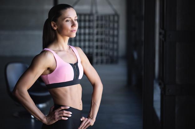 Mooi atletisch meisje in de sportschool na de training. fitness vrouw.
