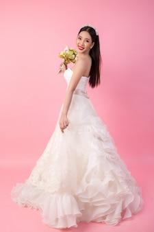 Mooi aziatisch bruidportret in roze studio