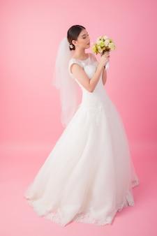 Mooi aziatisch bruidportret in roze