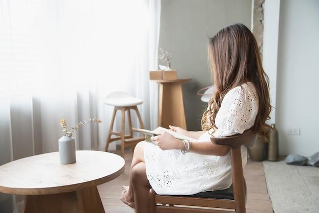 Mooi aziatisch dameportret in koffiewinkel, gelukkige vrouwenlevensstijl