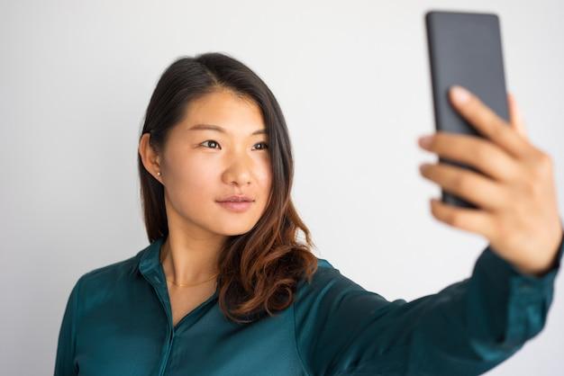 Mooi aziatisch meisje dat zelfportret voor sociaal media profiel neemt.