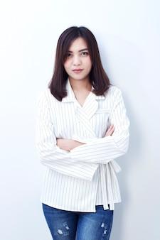 Mooi aziatisch meisje in jeans op een witte achtergrond