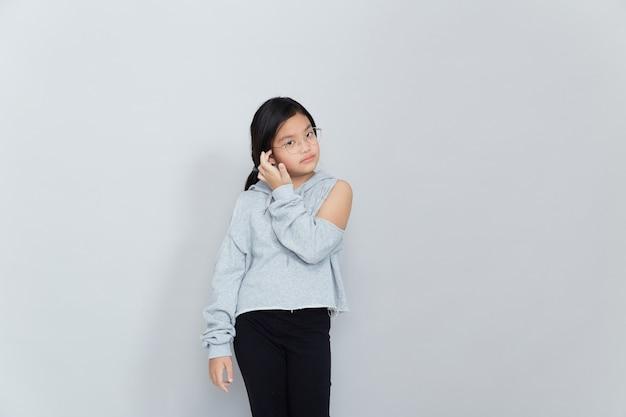 Mooi aziatisch meisje op witte achtergrond geïsoleerd