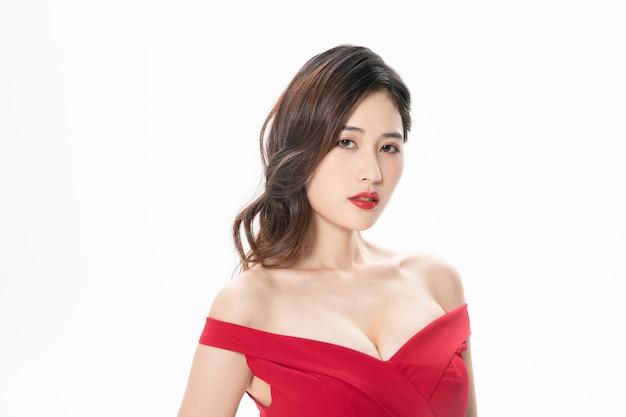 Mooi aziatisch model dat rode kleding gebruikt
