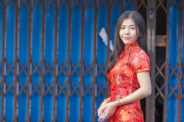 Mooi aziatisch model dat traditioneel cheongsam draagt. gelukkig chinees nieuw jaar