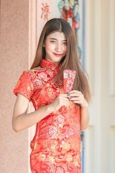 Mooi aziatisch model dat traditionele cheongsam draagt.