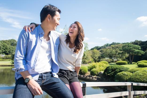 Mooi aziatisch paar dat in een park dateert