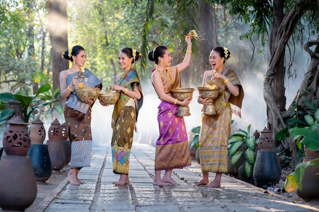Mooi aziatisch vrouwen bespattend water tijdens traditiefestival thais, songkran-festival.
