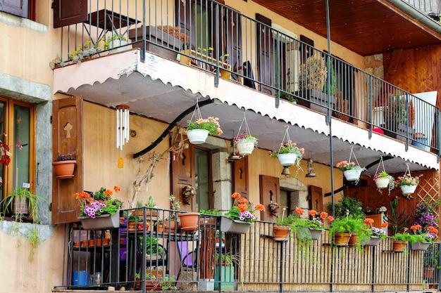 Mooi balkon versierd met bloemen, frankrijk, annecy