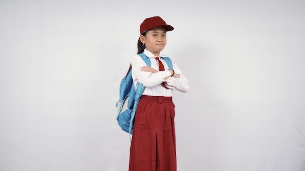 Mooi basisschoolmeisje dat van streek is geïsoleerd op een witte achtergrond