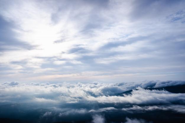 Mooi beeld als achtergrond van bewolkte hemel in hooggebergte voor aardachtergrond.