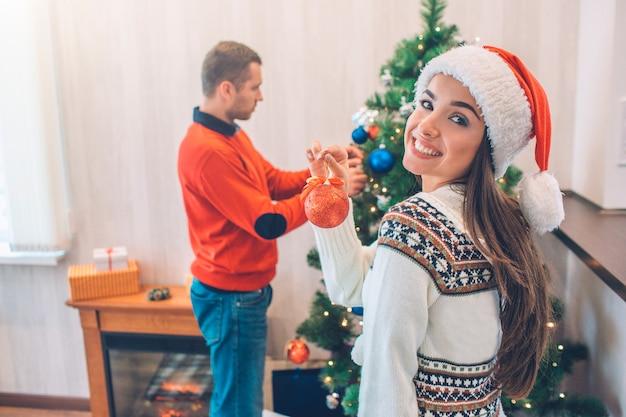 Mooi beeld van aantrekkelijke jonge vrouw die en zich op camera bevindt kijkt. ze lacht.