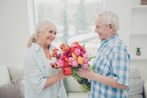 Mooi bejaard echtpaar thuis