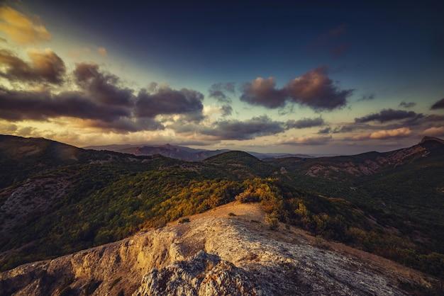 Mooi berglandschap bij zonsondergang