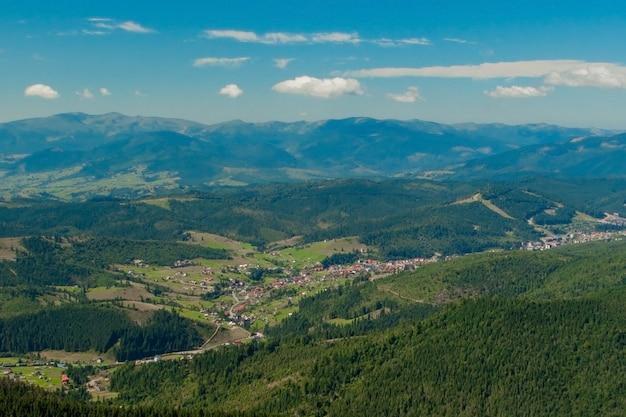 Mooi berglandschap, met bergtoppen bedekt met bos en een bewolkte hemel. oekraïne bergen, europa