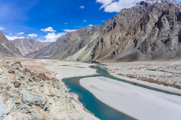 Mooi berglandschap van turtuk-vallei en de shyok-rivier.