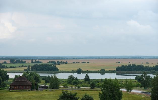 Mooi bewolkt landschap van een wit-russisch dorp.