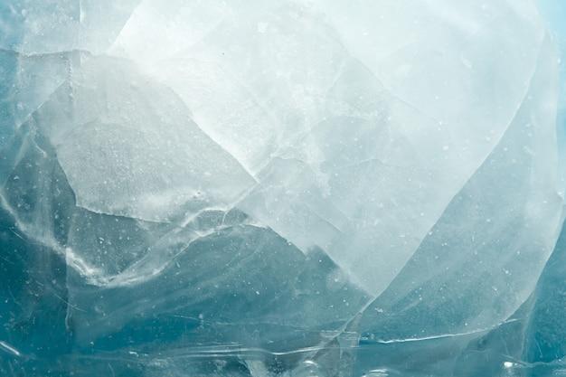 Mooi blauw gebarsten ijs. textuur van bevroren water.