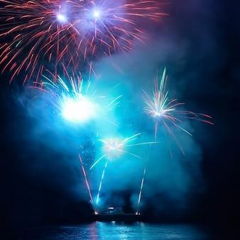 Mooi blauw vakantievuurwerk op de zwarte hemelachtergrond. vakantie evenement