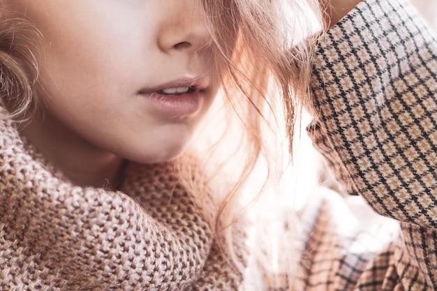 Mooi blij meisje met lang haar, stijlvolle kleding dragen, die zich voordeed in de herfststraat. outdoor portret, daglicht. vrouwelijke herfst mode concept. warme herfst. warme lente. bijgesneden opname