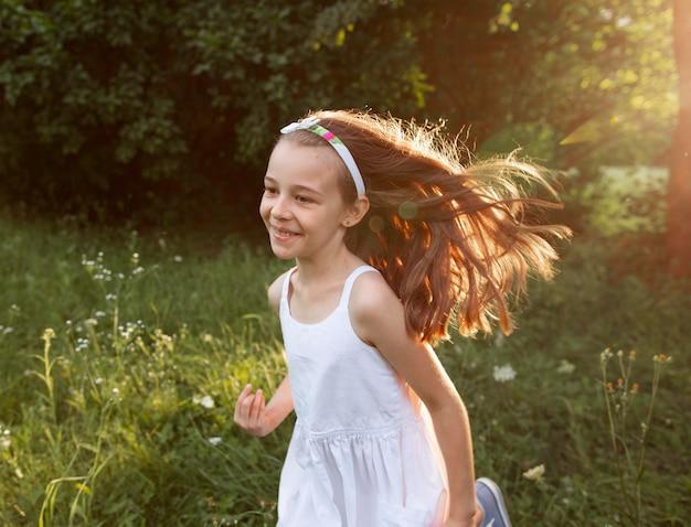 Mooi blij meisje met plezier in de natuur